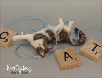 Miniature 1:12 Cat sculpture - Tangled in blue by Pajutee