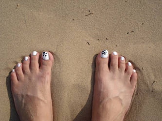 Sandy feet by RainingDiamonds