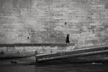 Seule sur les quais by Orioto