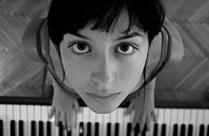 Klavier Spielerin by redravyn