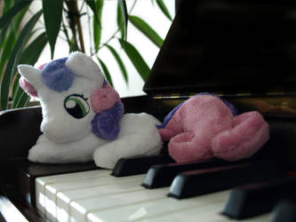 Tiny Sweetie Belle loves music by zuckerschnuti