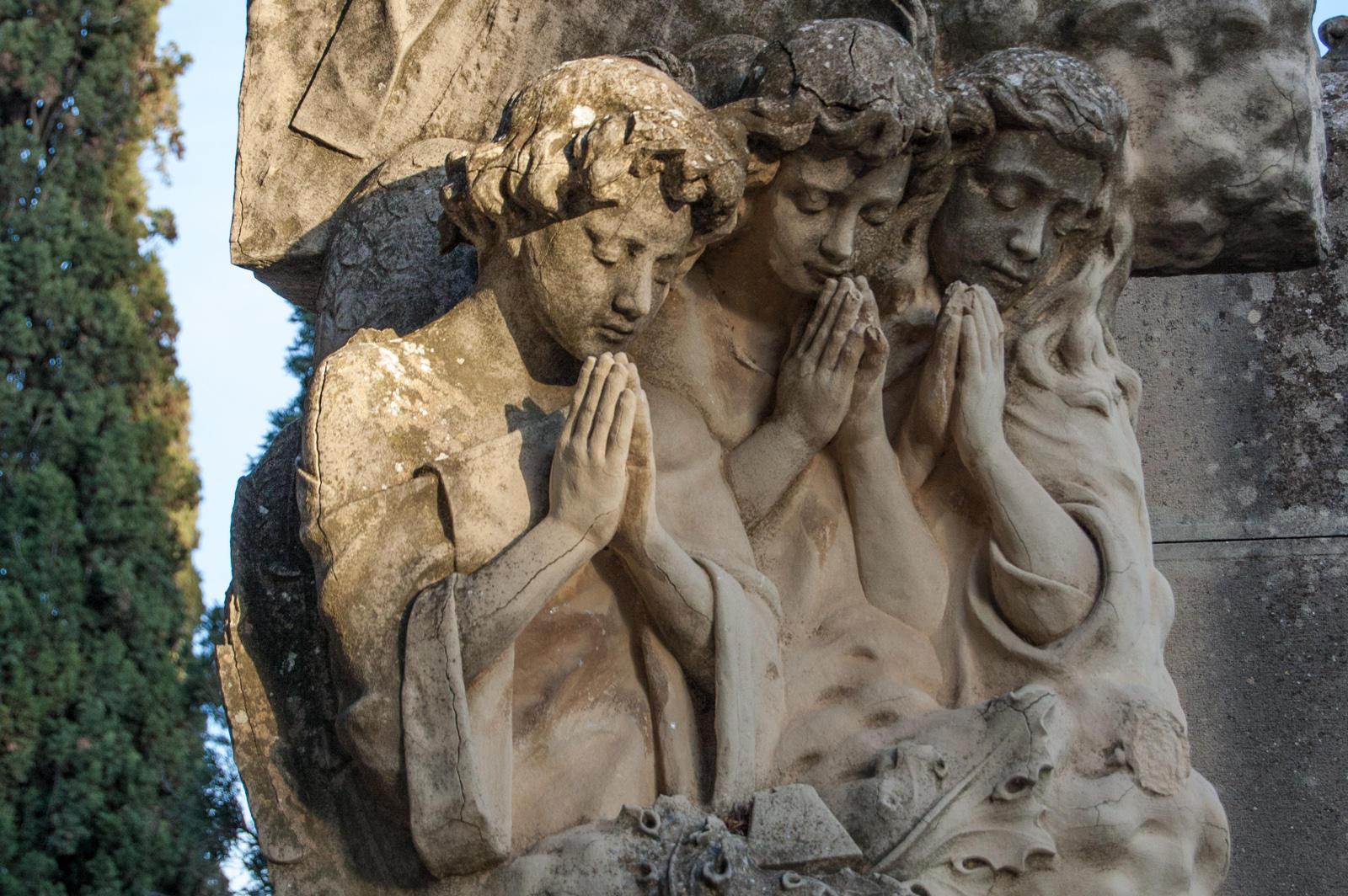 Children in the cemetery by oscargascon