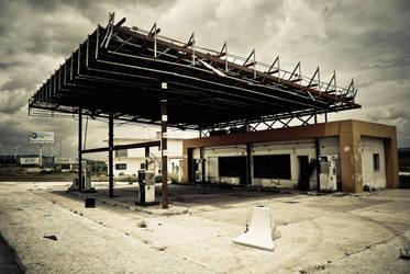 abandoned petrol station by Hundebein