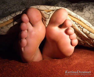 My sleepy feet at night by KarinaDreamer