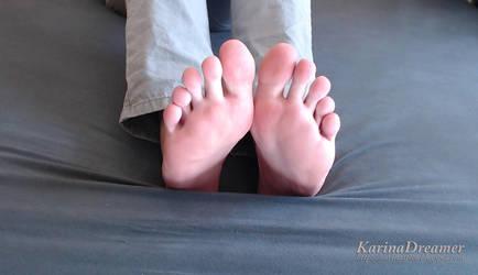 Hello! Karina's Feet! by KarinaDreamer