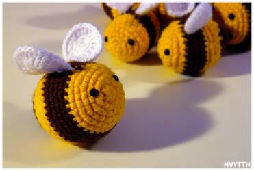 crochet bees by heavyteeth