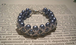 Icy bracelet by YoyoTheMadScientist