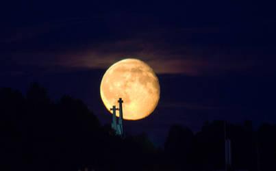 Almost Full Moon by oktis