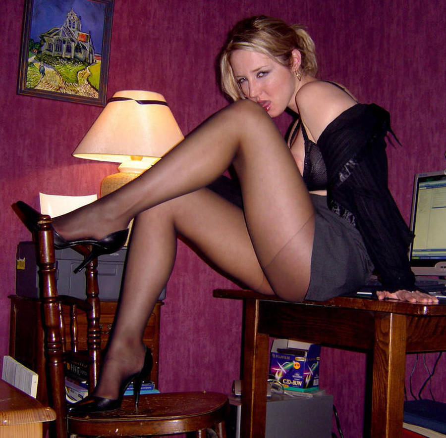 осталась лежать сексуальные стройные женщины с социальной сети в юбках и чулках домашнее фото какой-то момент