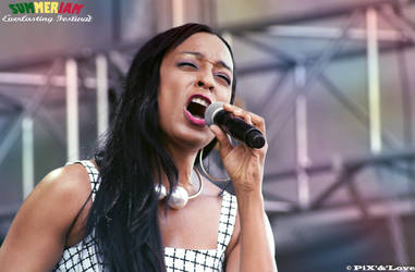 Alaine at the Summerjam Festival by MamaPixs