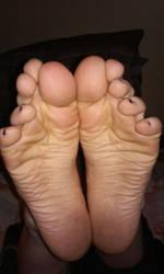 Dirty wrinkly soles by staticwayne666