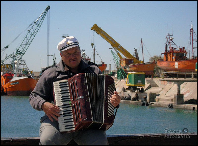 Musician into the Harbour by DeseymFotografia