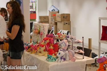 Gala-Con2014 - Zuckerschnuti setting up her booth by SalaciouzCrumb
