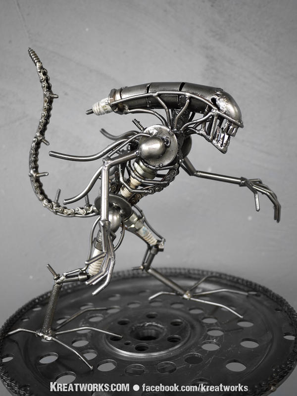 Mini Metal Alien : tail up by Kreatworks