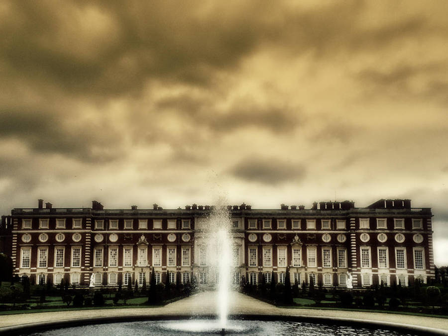 Hampton Court by bullispace