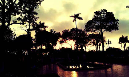 Atardecer en la plaza by IloveWKever