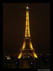 La tour eiffel a la nuit by DyrArt
