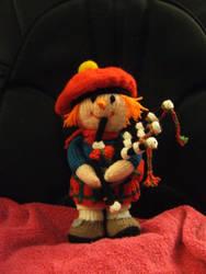 Knitted scottish piper by Frejja