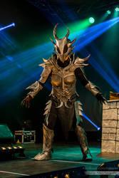 Skyrim daedric armour on stage at DCC by talkenia