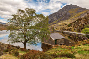 Ogwen Lake House by somadjinn
