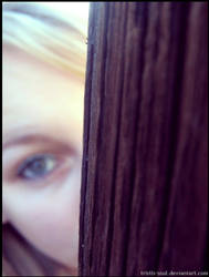 Hide behinde.. by Tristis-soul