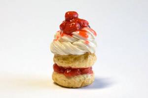 Whipped Cream Shortcake by hanmei