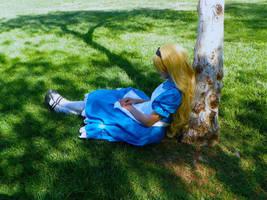 Alice dozing into Wonderland by Izin