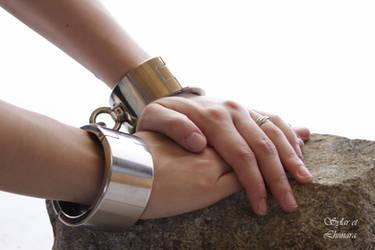 Hands of Lhunara in shackles by SylarEtLhunara