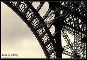 Eiffelturm Bogen II by fotoguerilla