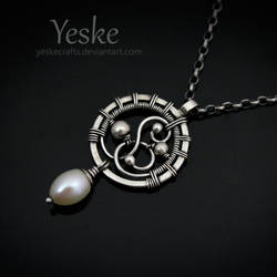 Laura | Pendant with freshwater pearl II by YeskeCrafts