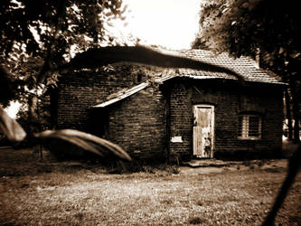 creepy house by EmaMunze