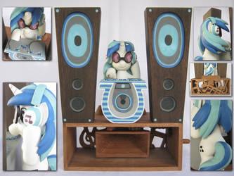 Vinyl Scratch by renegadecow