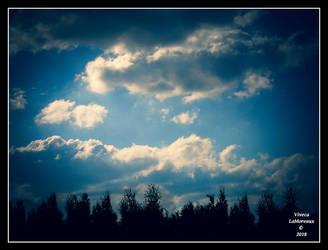 jolis nuages by VivecaLaMoreaux