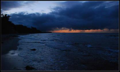 Cloudy seaside evening by jchanders
