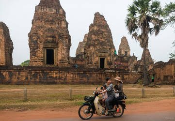 Khmer imperium - passing-by monument Unesco by Rikitza