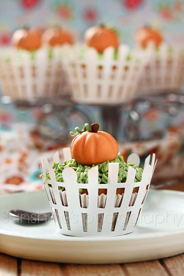 Fondant pumpkin cupcakes by kupenska