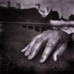 Les ongles un peu noircis ... by FredG