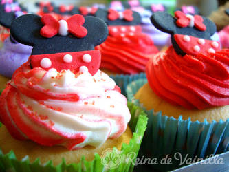 Minnie Mouse cupcakes by harleshinn