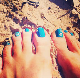 Fresh pedi and the beach? Yes plz! by TickleMia