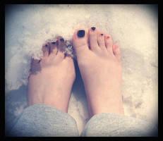 snowy toes by sataikasia