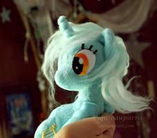 Sitting Lyra - handmade plush by Piquipauparro
