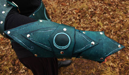 Mooncast Stalker Armor Detail: Right bracer by BlueOakRogue