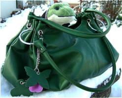 Froggy has some Snow by laracoa