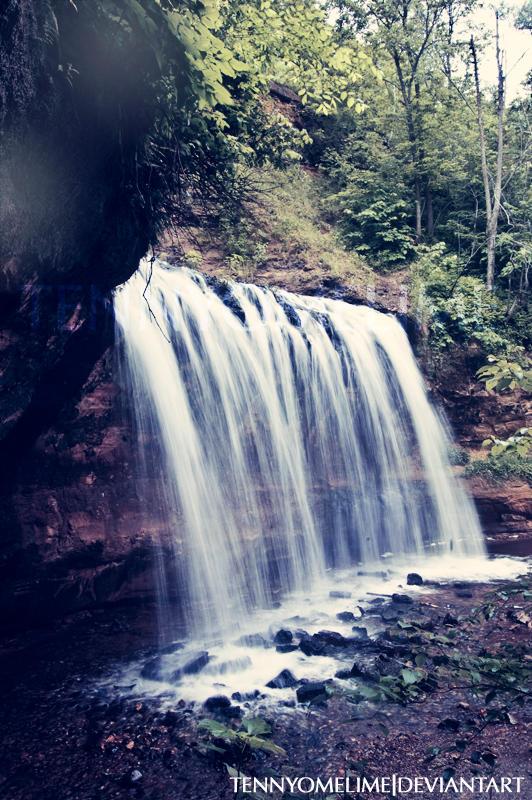 Cascade Falls 001b by tennyomelime