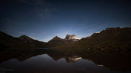 Cradle Mountain at night by heeeeman