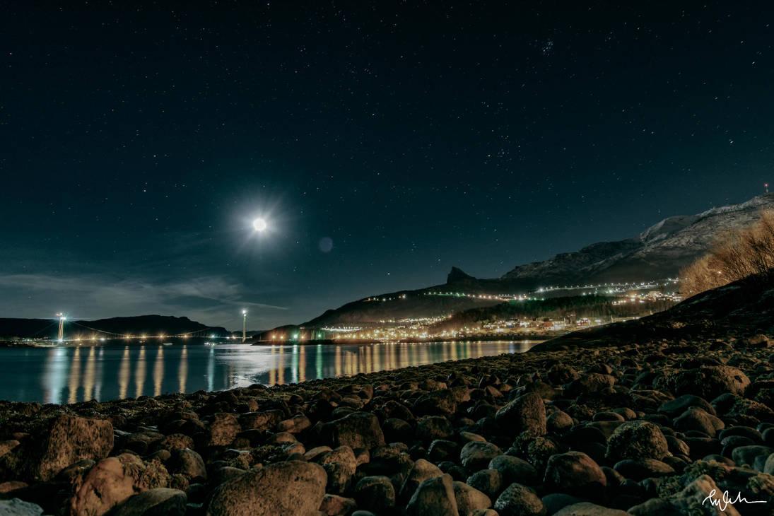 Moonlit Seas by Elenihrivesse