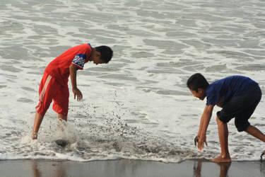 Bermain di Pantai by yogadeagar