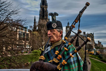 Bagpipe player by forgottenson1