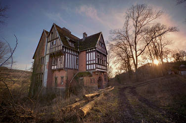 Abandoned mansion by xNatje