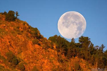 Honey Moonset Over Red Rocks by kkart